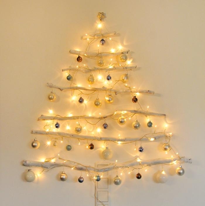 diy sapin suspendu fabriqué avec branches de bois repeint en blanc et décoré de boules, idée décoration de noel à fabriquer en bois