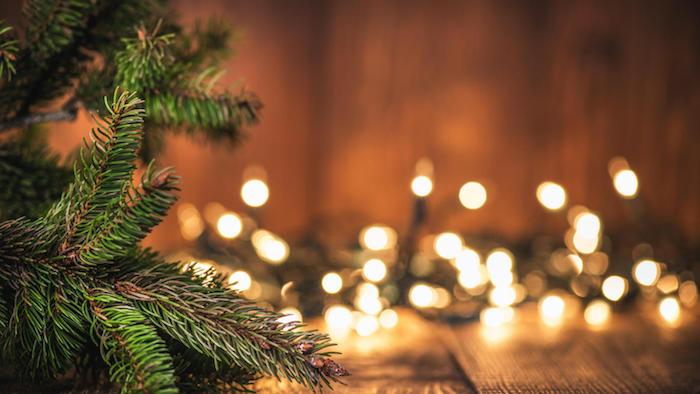 Branche de sapin de noel, lumières de guirlandes lumineuses, image de pere noel, photo joyeux noel adorable