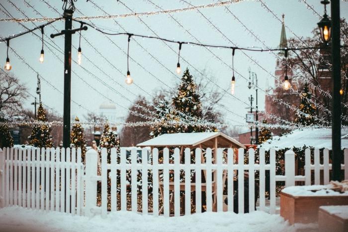 image de joyeux noel pour fond d'écran ordinateur, photo de décoration de Noël extérieure avec guirlandes lumineuses
