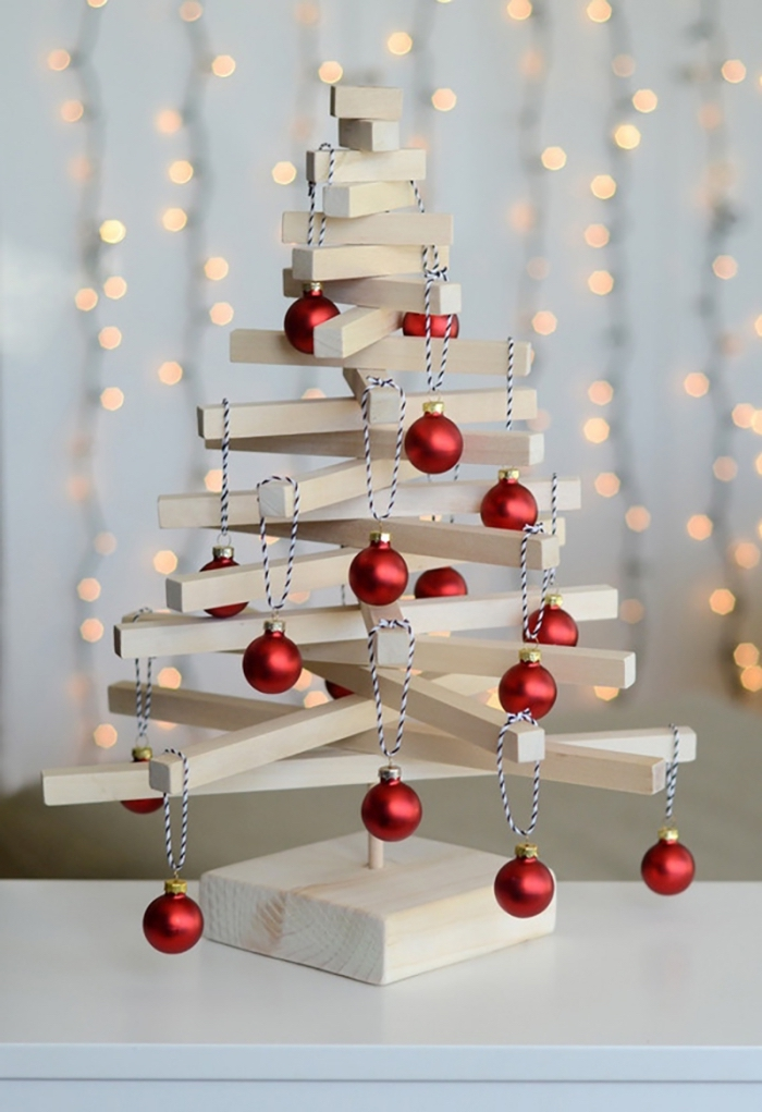 modèle de sapin noel bois clair fait main, idée comment construire un mini arbre de noel avec planches de bois