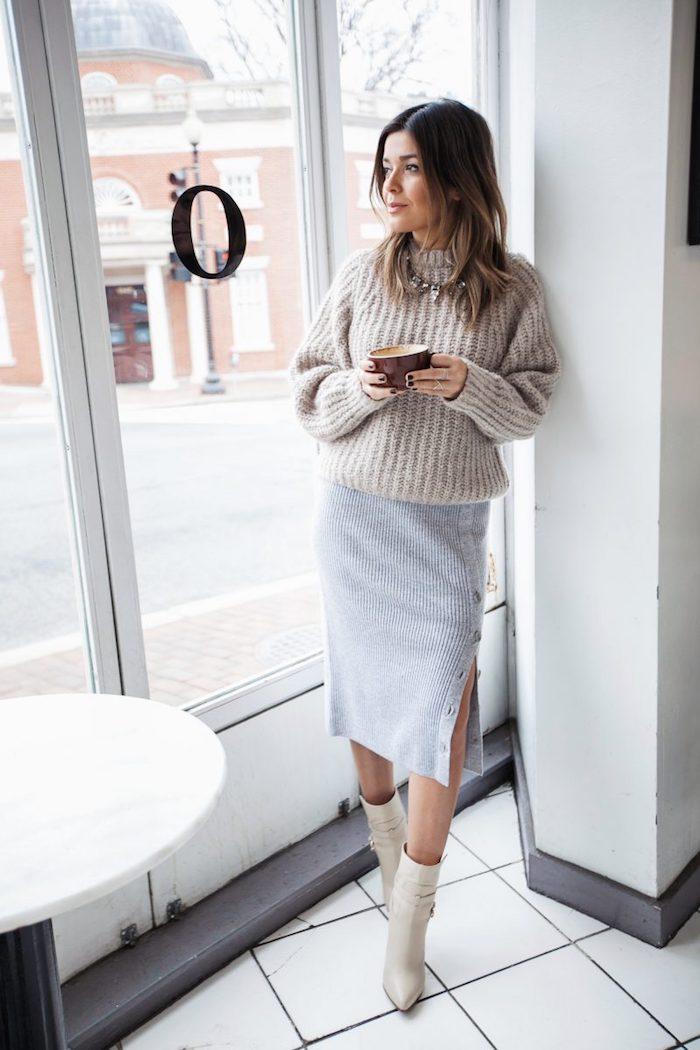 Gris robe fendue en tricot et pull beige en haut, idée comment s'habiller en hiver femme avec tasse à café dans la main