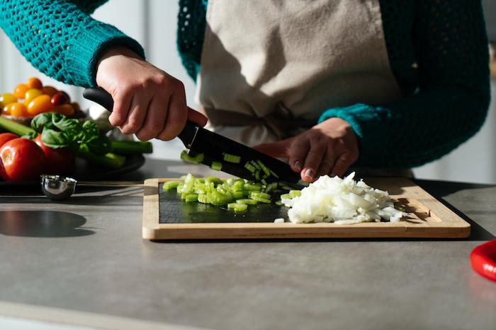 hacher le celeri, couper en tranches, idee de recette soupe de tomate au celeri et oigon haché, aperro entrée originale