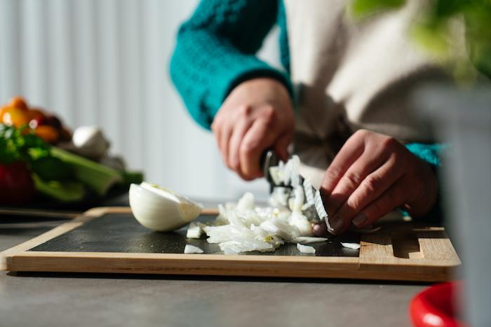 hacher les oignons pour ajouter a la soupe de tomate, etape pour faire une soupe comme entrée simple et originale