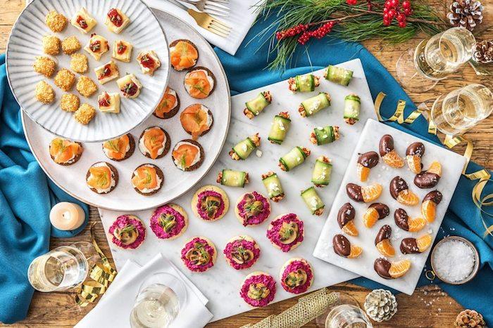 Oranges au chocolat, pain noir avec saumon et fromage, toast apéritif, préparation culinaire traditionnelle d'apéritif dinatoire