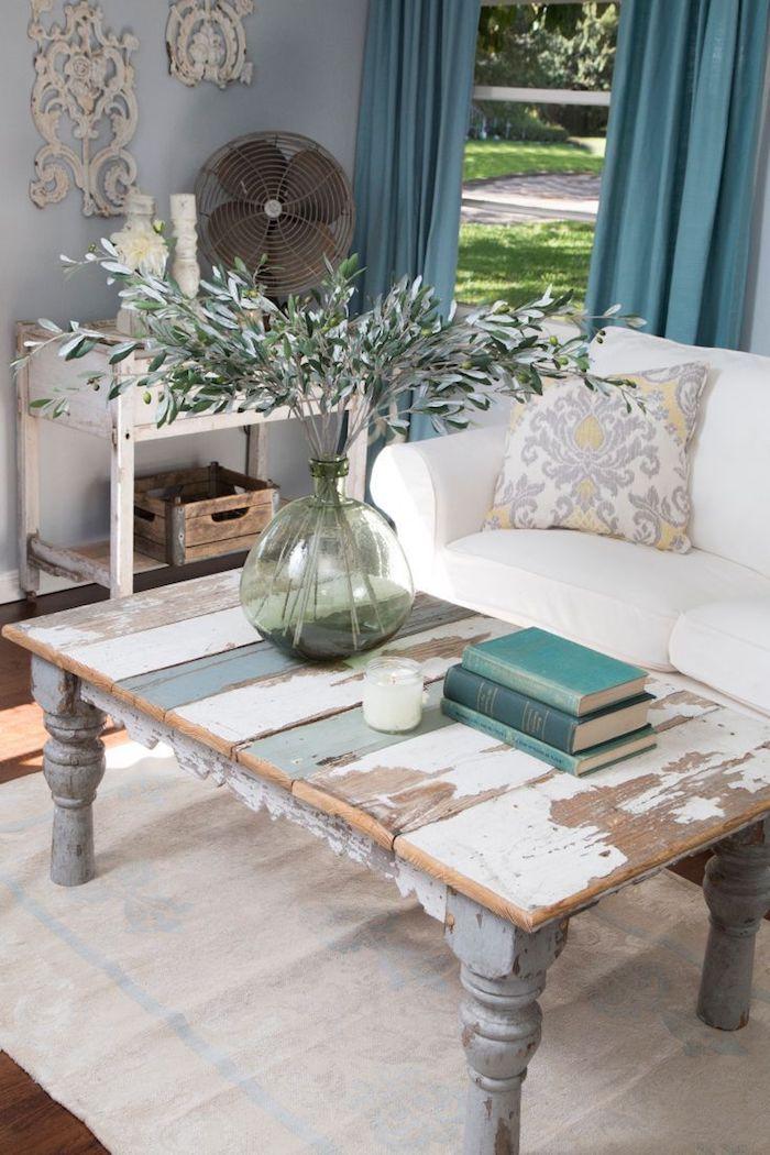 Table de salon basse vintage, canapé blanche, coussin décoratif fleurie gris et jaune, rideaux bleus, deco de noel a faire soi meme avec recup, tourie décorative
