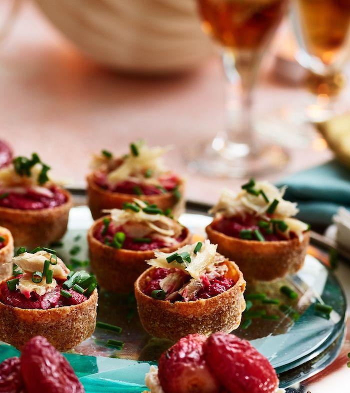 Tomates secs avec tune canape aperitif de noel, tapas français tradition de noël