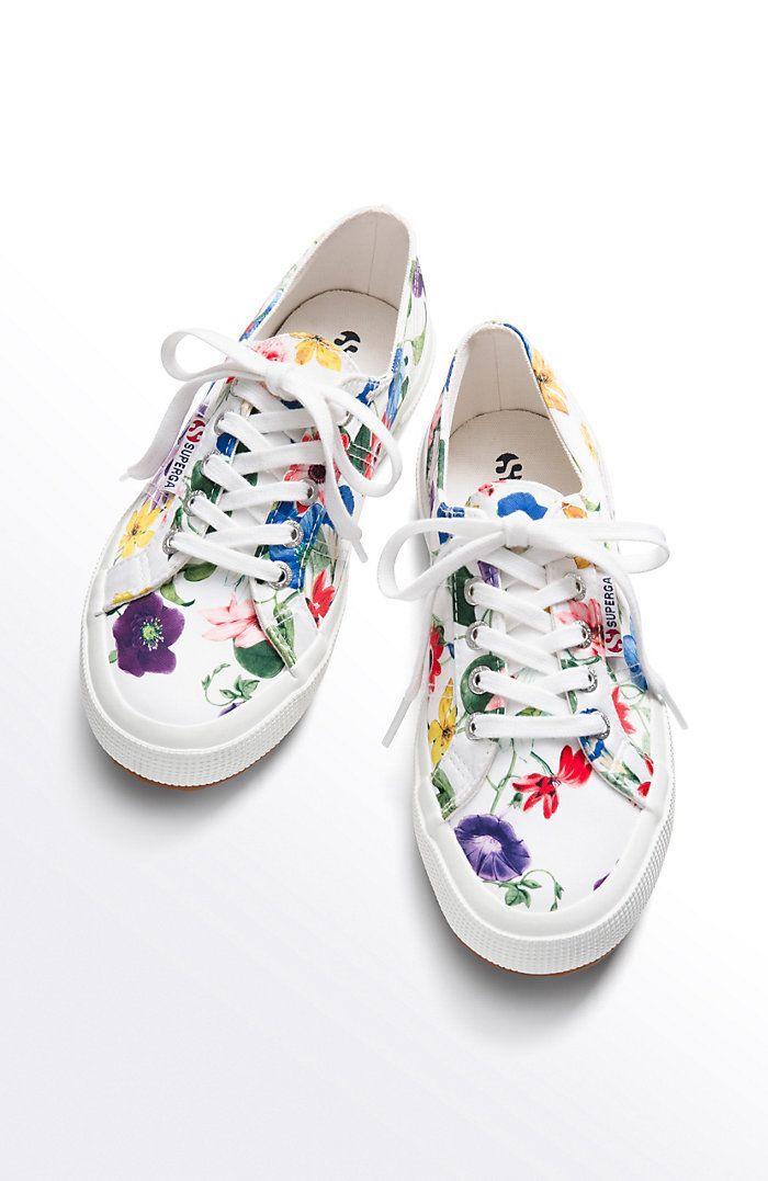 Peinture différent couleurs pour dessiner des fleurs, basket personnalisée, peinture pour chaussure blanche pour styler soi meme