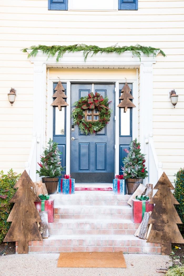 exemple comment décorer l'espace devant la maison pour la fête de Noël avec sapin de noel original fait en bois