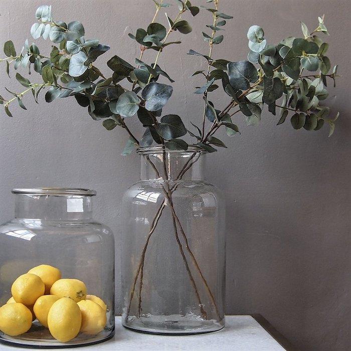 Grand bocal avec citrons et une decoration vase dame jeanne, idée diy avec vase en verre décorative avec branches vertes