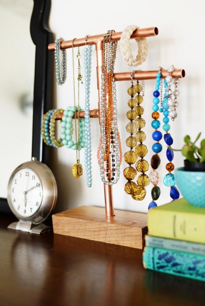 astuce rangement chambre, fabriquer un porte bijoux stylé à design bois et cuivre, diy organisateur pour collier