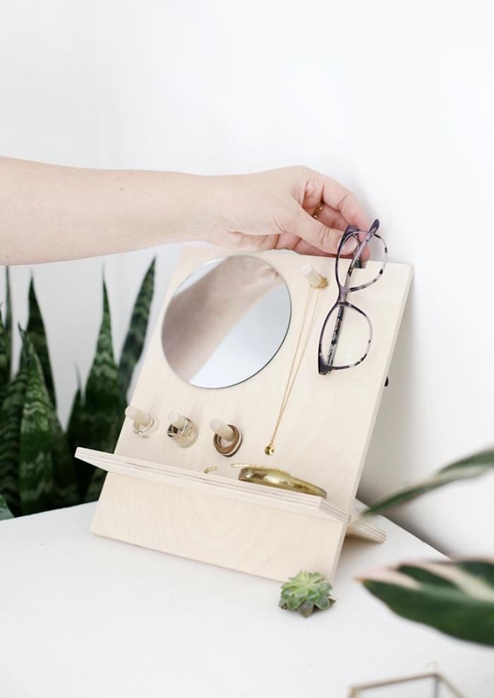diy organisateur miroir range bijoux facile, modèle porte bijoux en planche bois avec petit miroir en forme ronde