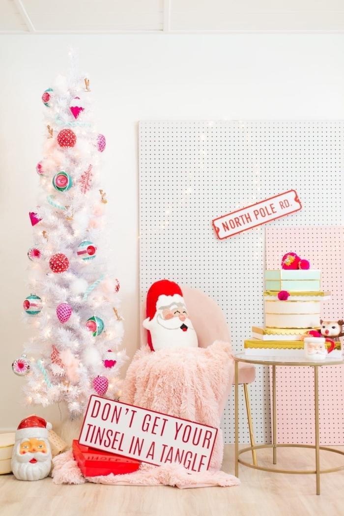 idée decoration sapin de noel amusante pour une chambre d'enfant, modèle d'arbre de Noël artificiel avec figurines mignonnes