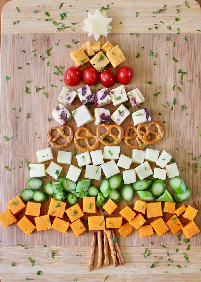 plateau antipasti comme idee apero noel avec celeri, fromages, bretzels, tomates et autres légumes, apero en forme d arbre de noel