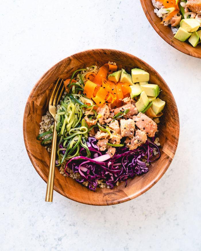 idee de qu est ce qu on mange ce soir, salade composée originale de saumon, avocat, carottes, concombres et chou