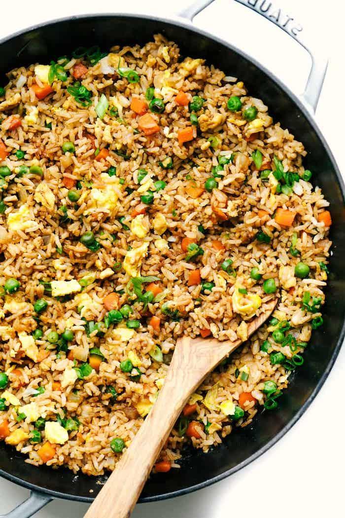 pilaf casserole constituée de riz aux petits pois, carottes oeuf et persil, recette rapide soir a faire soi meme