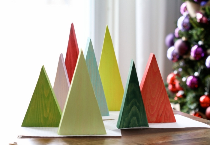 fabrication de sapin de noel original, modèles de mini sapins découpés en contreplaqué de bois et peints en couleurs variées