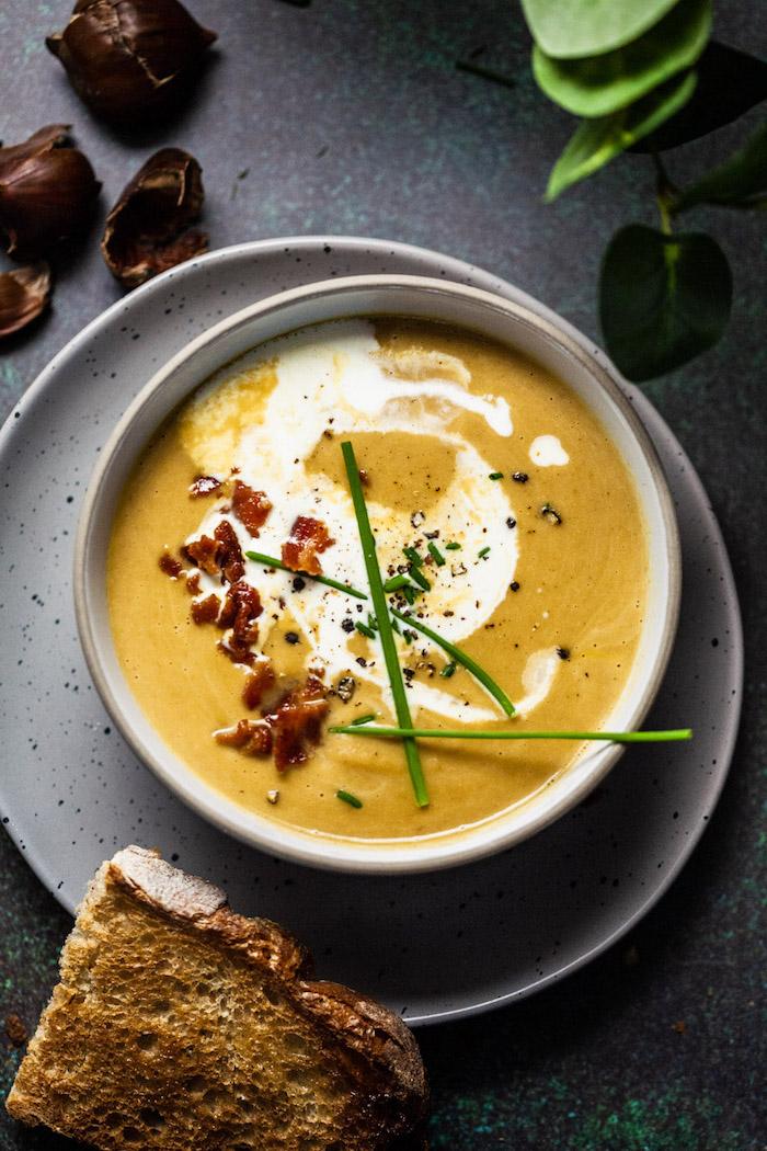 preparation velouté de chataigne, soupe poireaux, carottes, celeri, echalotes, garnie de bacon et creme epaisse