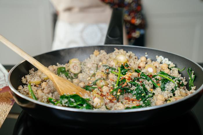 on mange quoi ce soir, idee de plat équilibré à la quinoa, pois chiches, épinards avec des flocons de piment