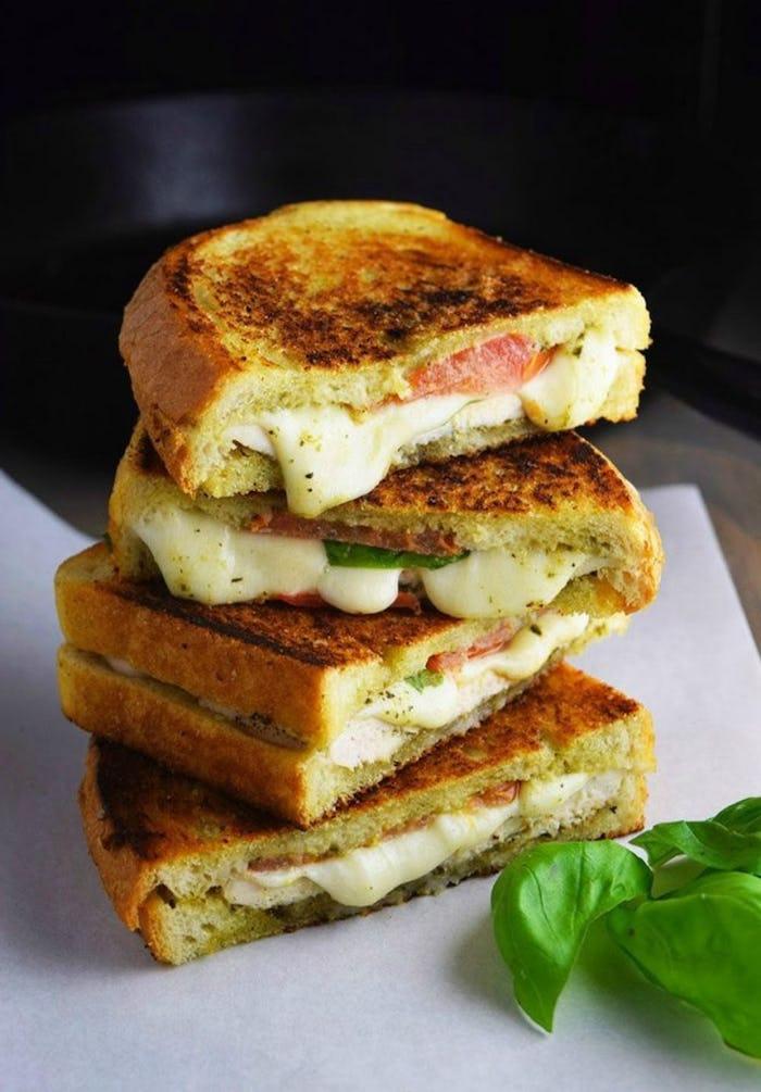 idee repas rapide, faire des sandwiches avec du pain, jambon, fromage et basilic au milieu