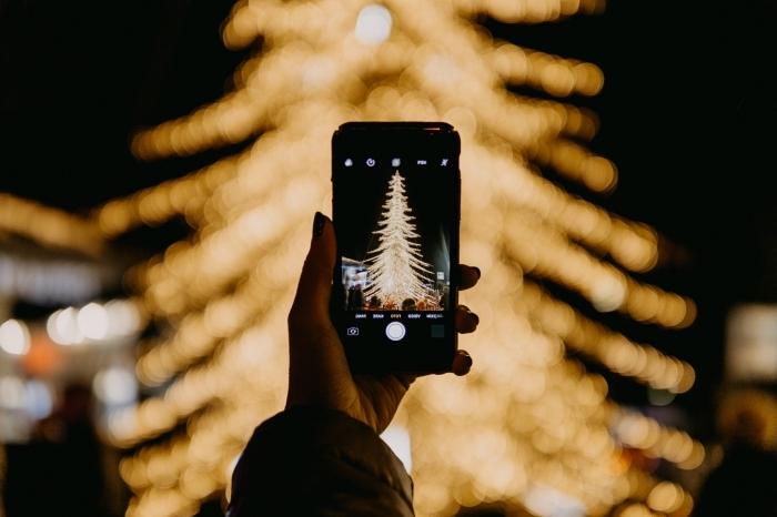 idée comment prendre de jolies photos de nuit, photo de sapin de noel décoré en guirlandes lumineuses dorées