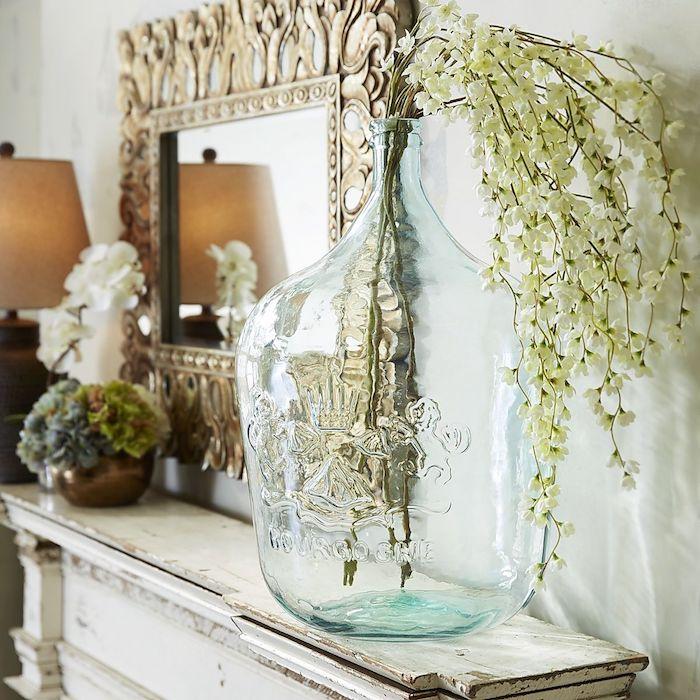Branches à fleurs blanches, idée originale deco vases, déco à faire avec vase dame jeanne transparente