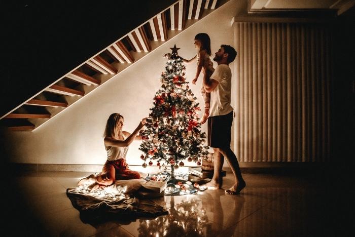 idée photo en famille pour Noël, exemple de décoration sapin de noel tendance traditionnelle avec ornements rouge et or