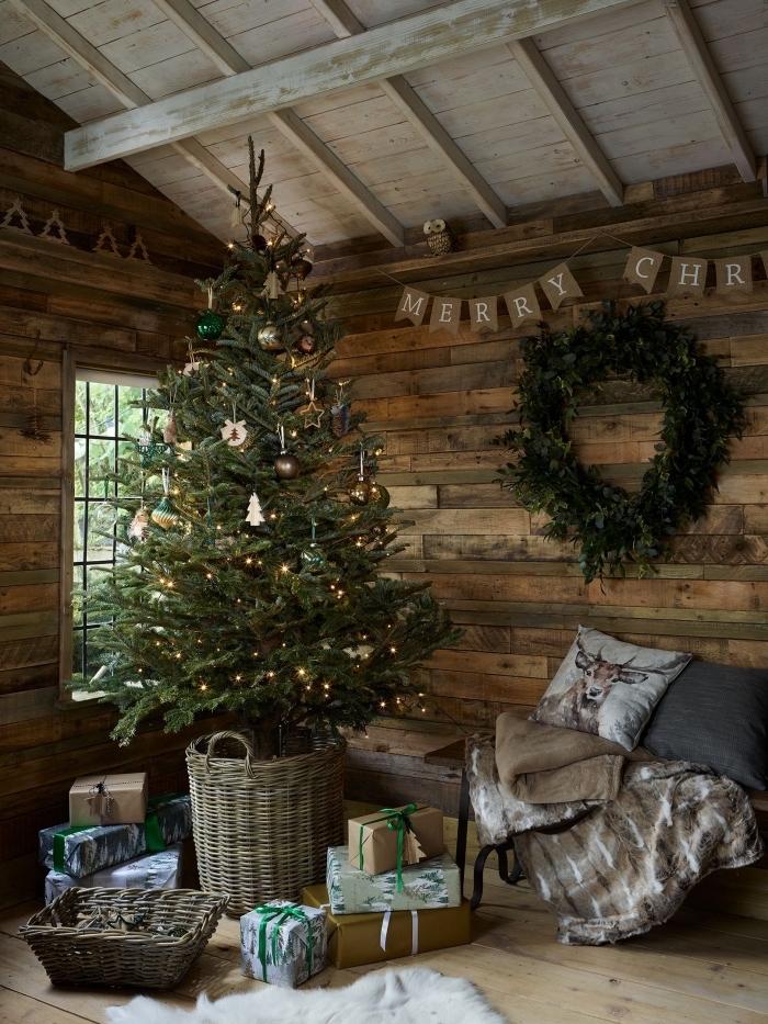 exemple de deco noel nature avec un arbre de Noël nature, design intérieur cocooning dans une pièce rustique en bois