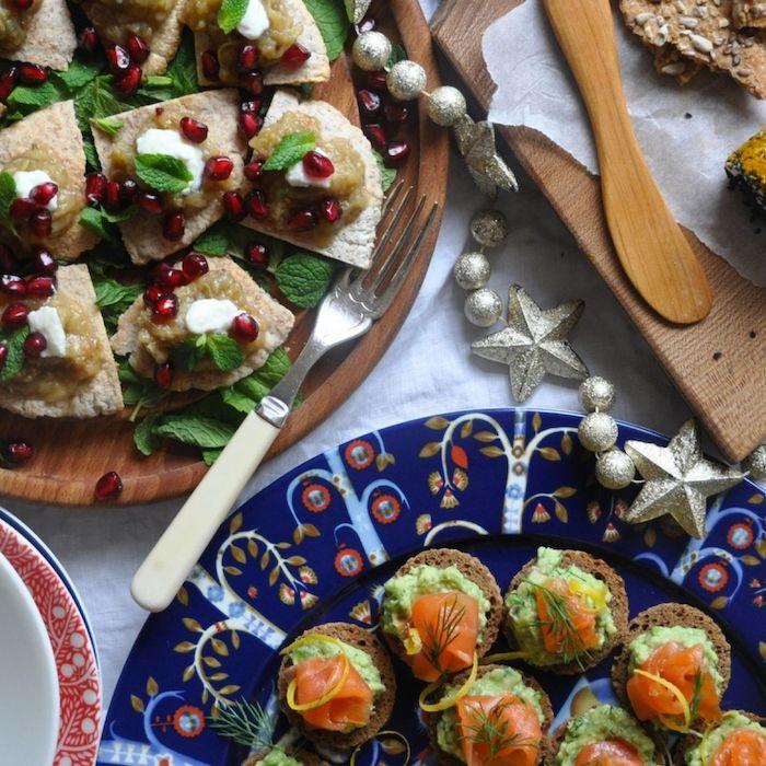 Déco table de noel, saumon et avocat canapé, amuses bouches originaux, idée de recette simple pour apéritif