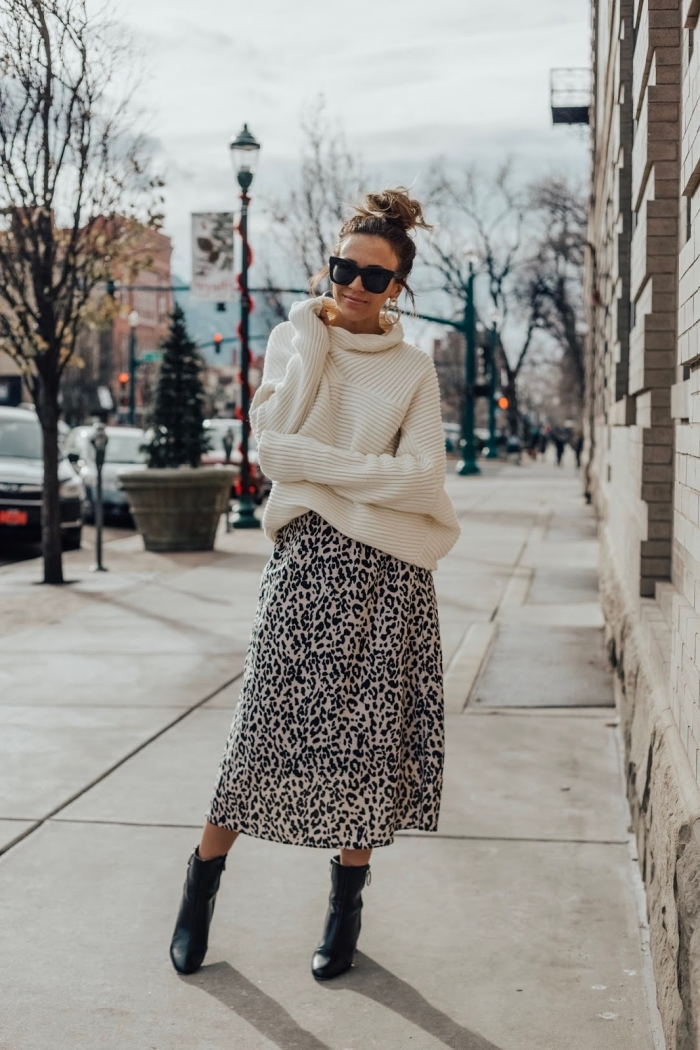 idée comment bien assortir les couleurs de ses vêtements, tenue couleur neutre femme hiver en jupe léopard et pull blanc
