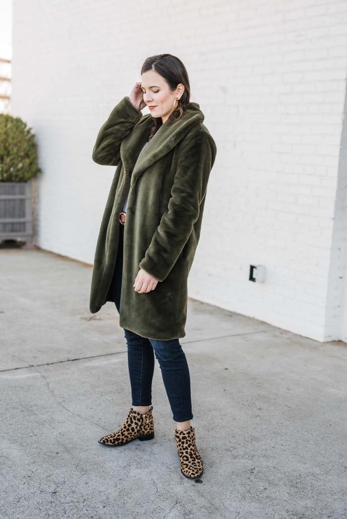 look tendance hiver 2020 femme, idée tenue chic avec jeans foncés et manteau oversize de couleur vert foncé
