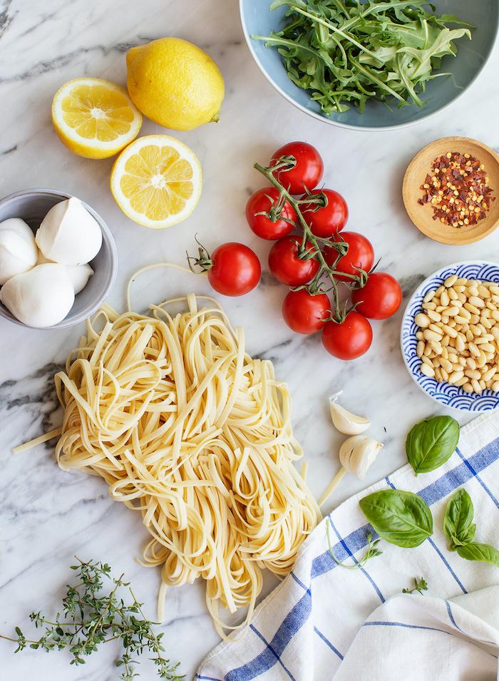 comment preparer des pates a la roquette, tomates cerise roties avec de la mozzarella et de la sauce de jus de citron