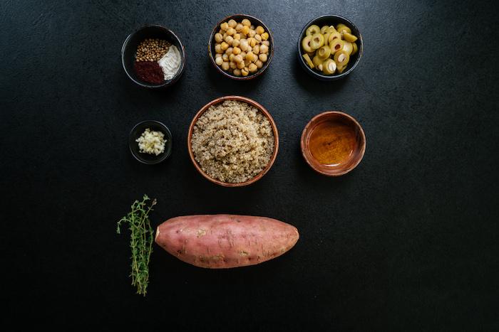ingredients necessaires pour preparer un repas du soir léger, patates douces farcies à la quinoa et pois chiches