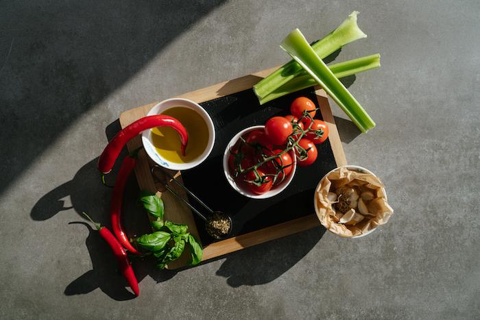 ingredients necessaires pour faire une soupe de tomate avec tomates, celeri et oignon jaune, recette soupe comme entrée facile et rapide