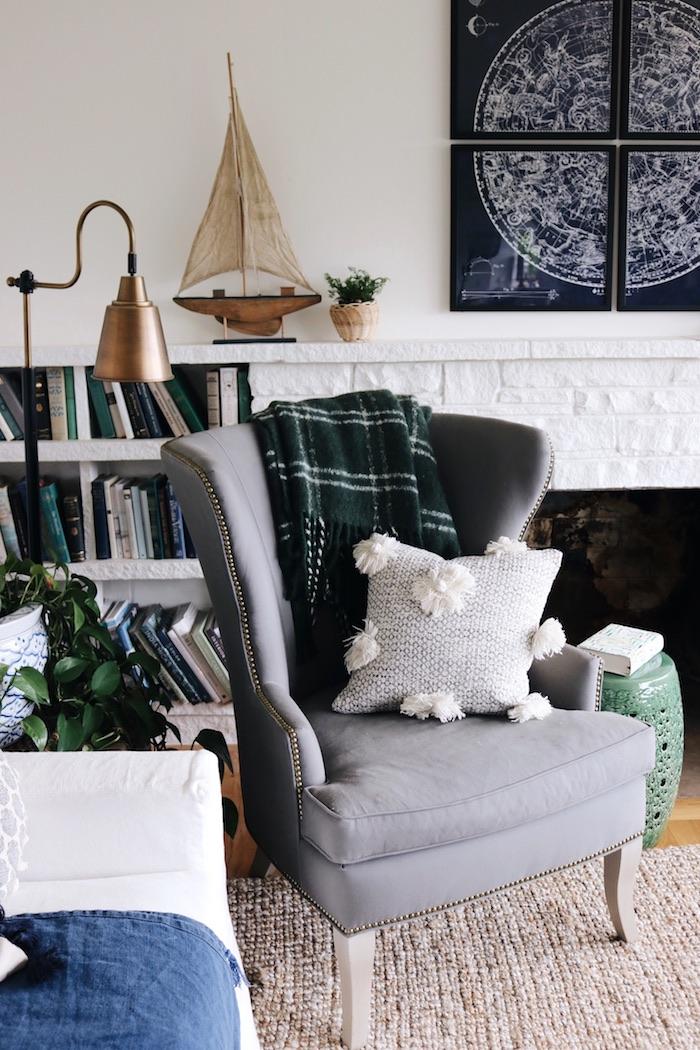 Fauteuil gris avec petite coussin avec pompons, association de couleur avec le gris, idée déco chambre adulte