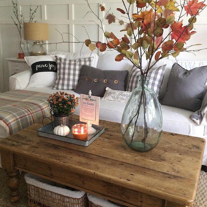 Automnal bonbonne en verre, intérieur design, superbe déco salon, branche avec feuilles colorés d'automne