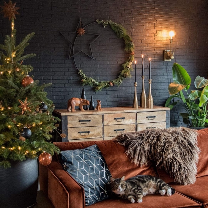 deco sapin noel naturel avec ornements cuivrés et châine led, design intérieur de styles industriel et rustique dans un salon cozy avec déco Noël naturelle