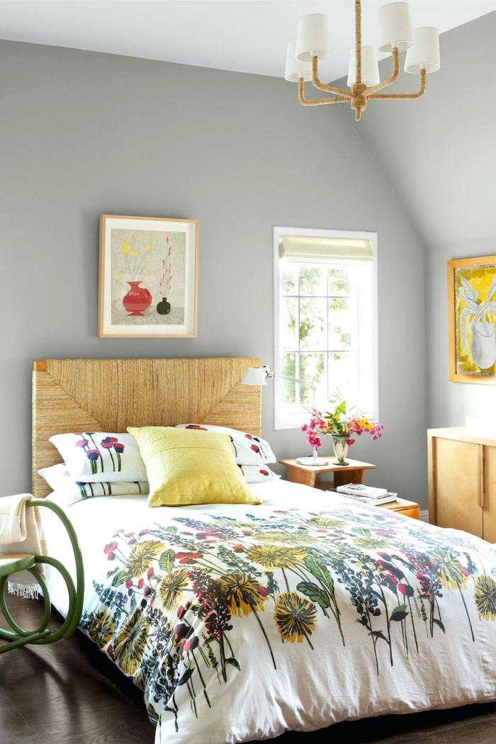 Jaune coussin sur le lit, couverture fleurs d'été, peinture murale grise, chambre grise, est-ce que le gris est une couleur