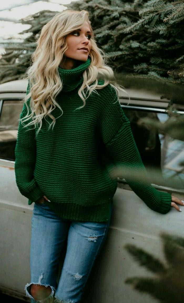 mode hiver 2019 femme, look casual chic d'hiver en jeans déchirés et pull oversize femme de couleur vert foncé