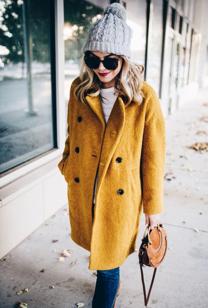 modèle de manteau femme oversized de couleur jaune moutarde, idée look casual chic en jeans foncés et manteau de couleur jaune