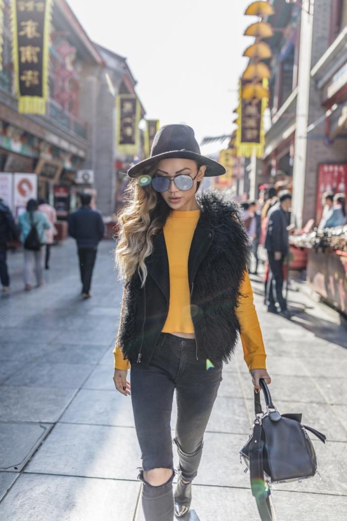 look femme chic d'hiver 2019 en noir et jaune avec accessoires en cuir et velours, modèle de blouse couleur cheddar