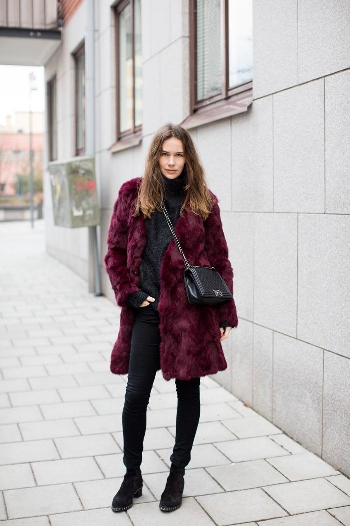 tendances mode automne hiver 2020 pour femme, tenue en pantalon noir et pull oversized avec manteau fausse fourrure pourpre