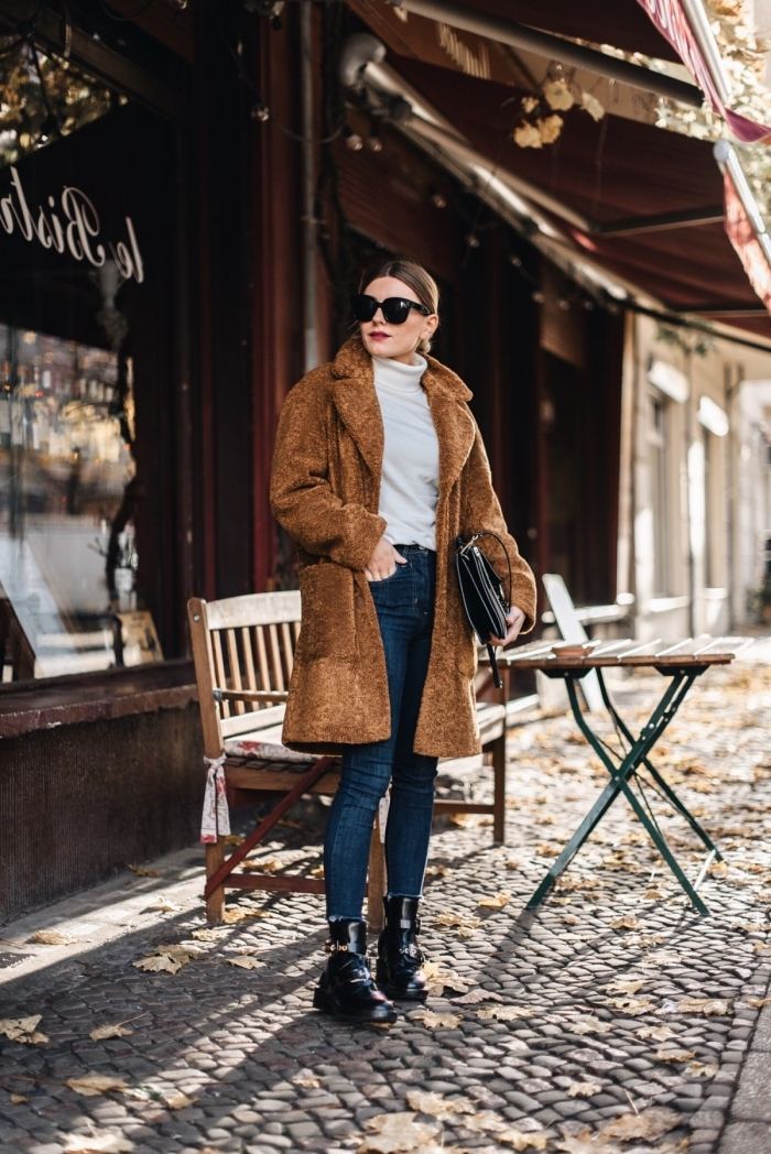 idée look hiver chic en denim et pull avec manteau oversized de couleur marron, comment assortir les couleurs de ses vêtements