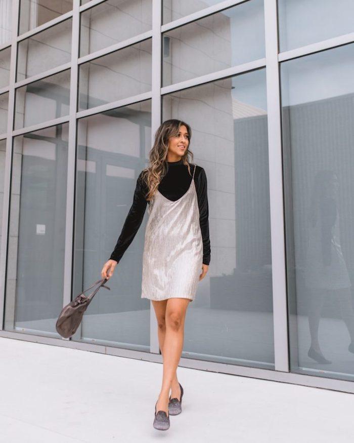 Pull col roulé et robe débardeur argentée, inspiration tenue de noel, idée comment s'habiller en hiver