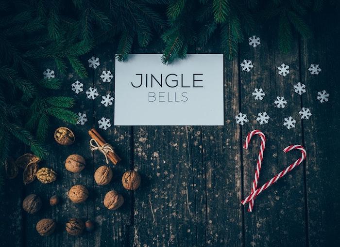 Image sapin de noel et noix, souhaiter un joyeux noel, flacons de neige