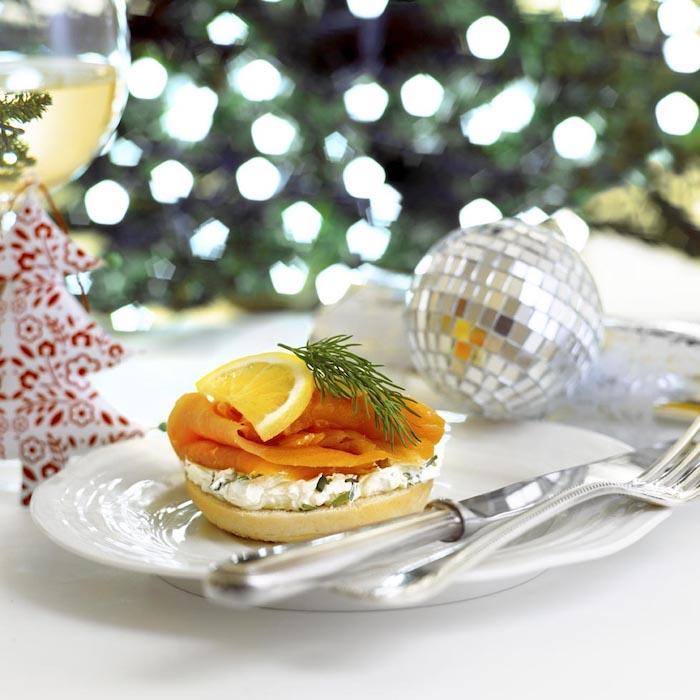 SAumon et fromage aperitif noel, recette simple à réaliser pour toast de noël, boule argenté, sapin de noel