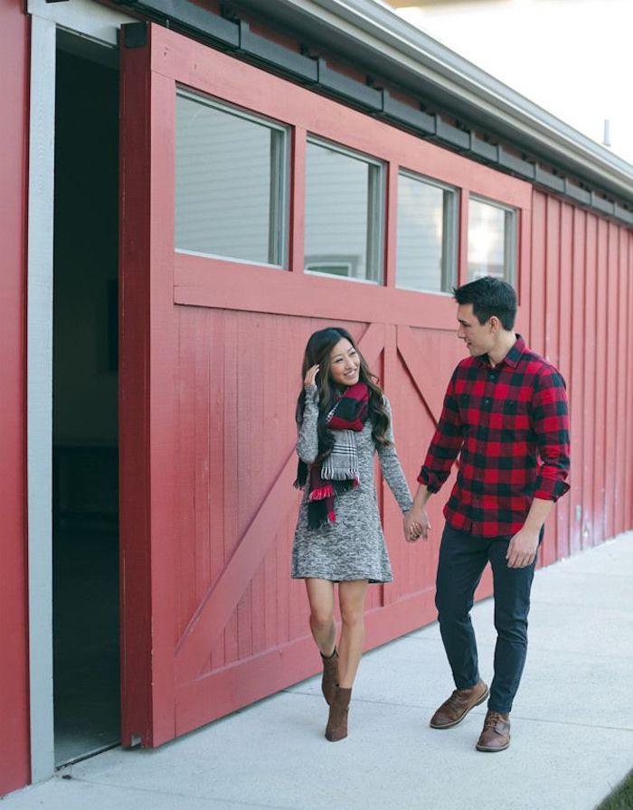Couple adorable tenant mains, robe pull gris et écharpe rouge et noir carré pour s'associer avec la chemise de l'homme, tenue tendance noel, robe pour une fête