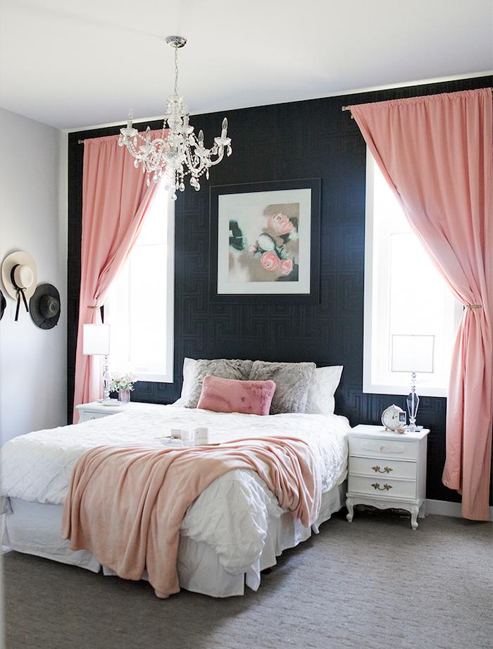 Gris foncé et rose claire, idée déco chambre adulte, inspiration chambre grise design, rideaux roses, lustre baroque blanche
