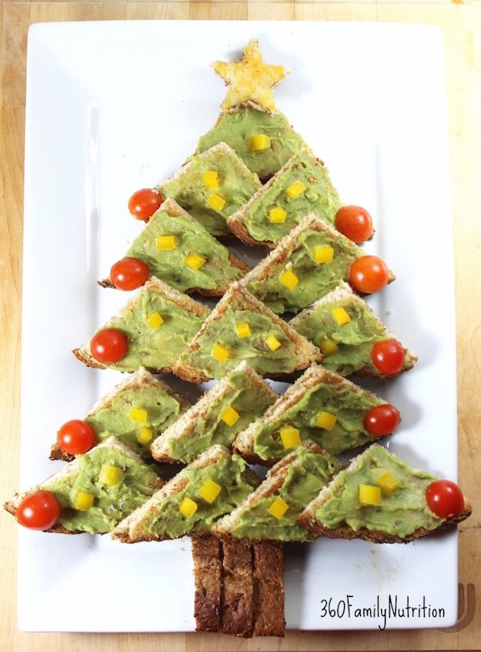 Avocat sur pain grillé rangé à la forme de sapin de noel, idee apero noel, toast de noël, feter avec sa famille préparation