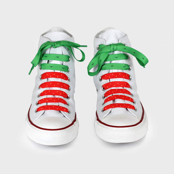 Converse blanche personnalisé à l'aide de lacets en rouge et vert pour ressembler à pastèque, avoir du style avec des chaussures peintes diy