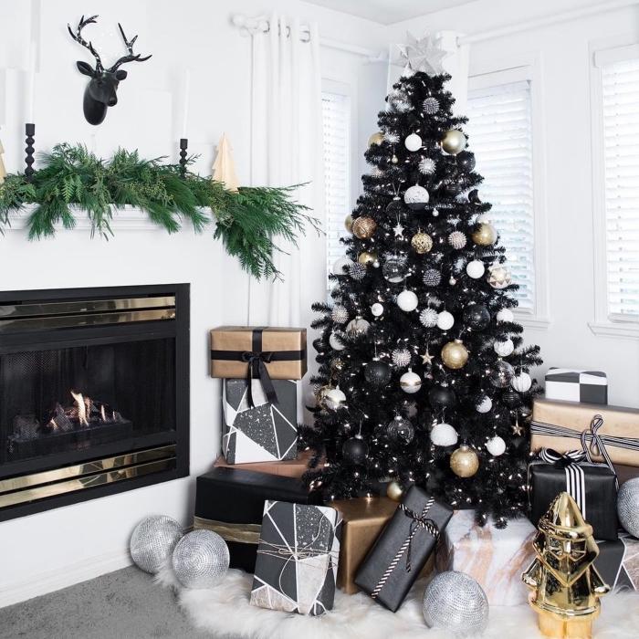 design intérieur moderne dans un salon blanc et noir, idée décoration sapin de noel tendance chic avec accents métalliques et mat